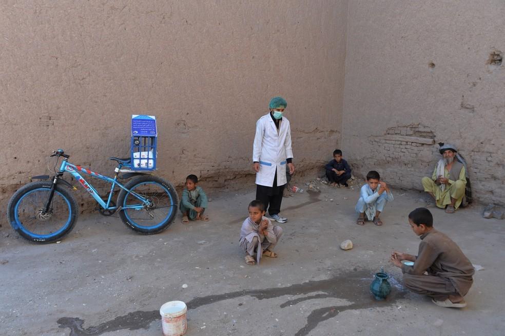 Idrees Syawash fala com moradores durante campanha de conscientização contra o coronavírus no distrito de Surkh Rod — Foto: Noorullah Shirzada/AFP