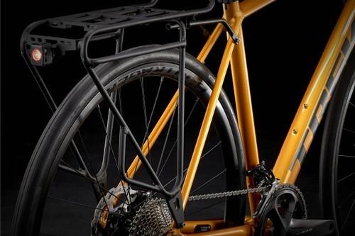A bicicleta aceita rack dianteiro e traseiro e guarda-lamas.