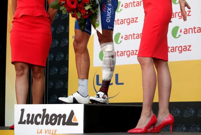 Detalhe de uma apresentação do prêmio da combatividade a Philippe Gilbert, ferido durante o Tour de France 2018.